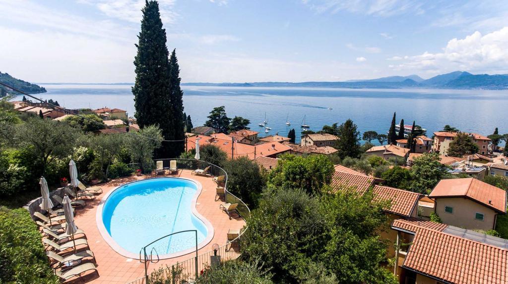 piscina vista lago di garda residence con giardino torri del benaco Residence ca del lago20180509 cadellago-0199