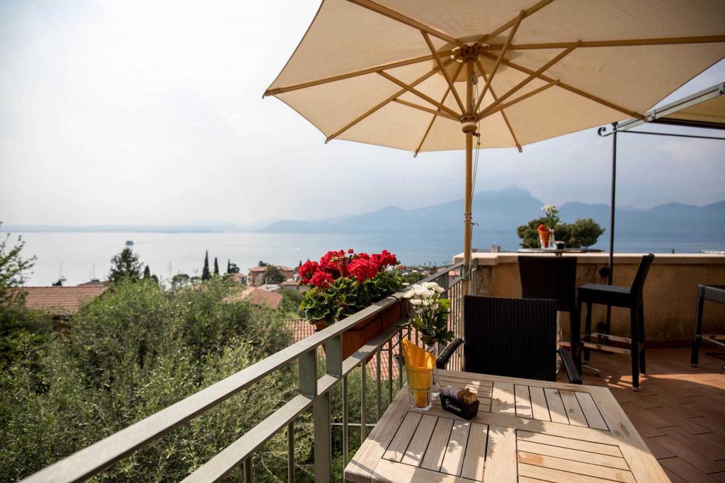 piscina vista lago di garda residence con giardino torri del benaco Residence ca del lago20180508 cadellago AR5 0907
