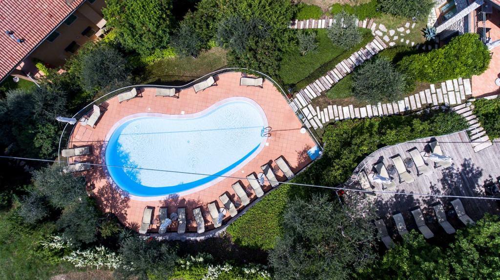 piscina vista lago di garda residence con giardino torri del benaco Residence ca del lago20180509 cadellago-0179