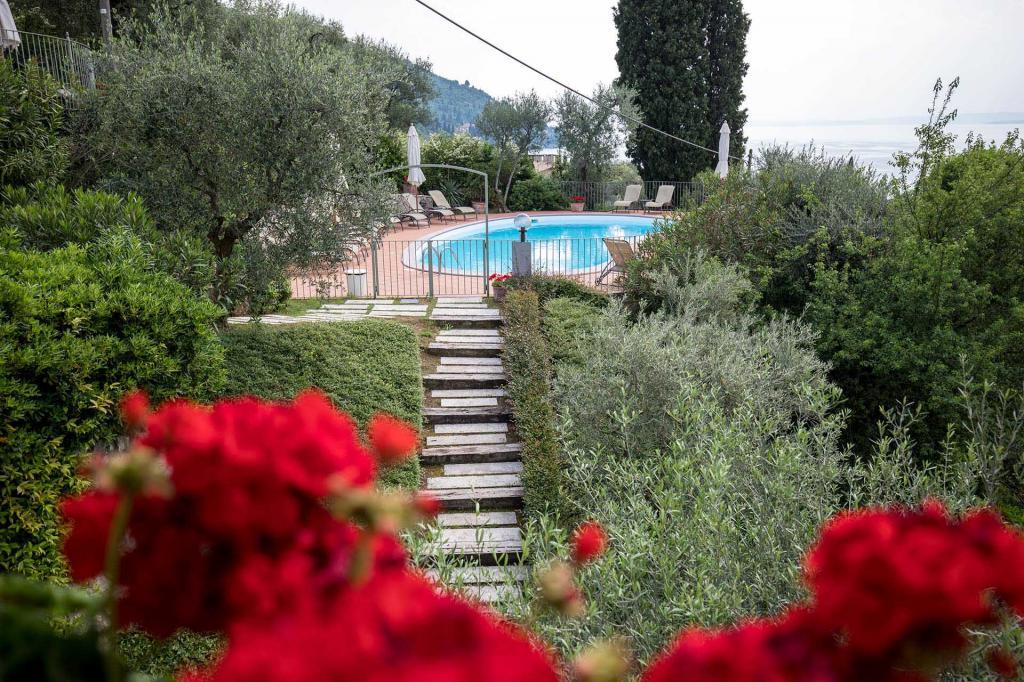 piscina vista lago di garda residence con giardino torri del benaco Residence ca del lago20180508 cadellago AR5 0926