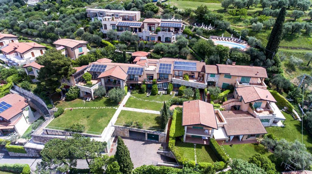 piscina vista lago di garda residence con giardino torri del benaco Residence ca del lago20180509 cadellago-0157