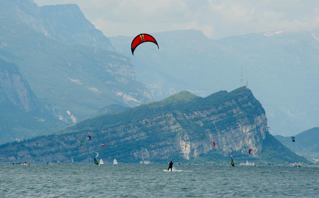 vcanza lago di garda garda vela kite surf trekking garda residence ca del lagokite-surfing-519467 1920